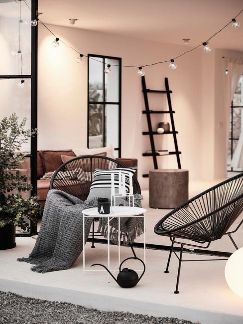 zwarte stoelen met lampen snoer