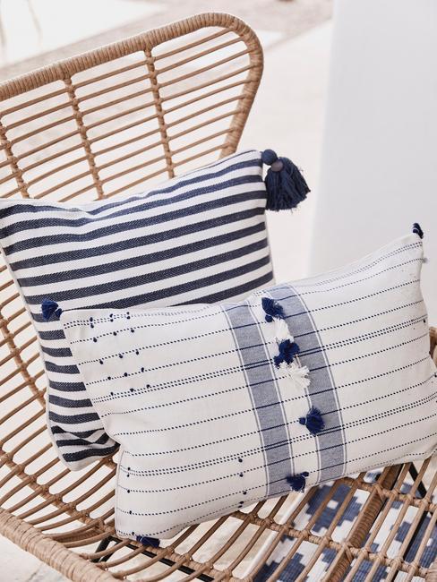 rieten stoel met blauw met witte kussens