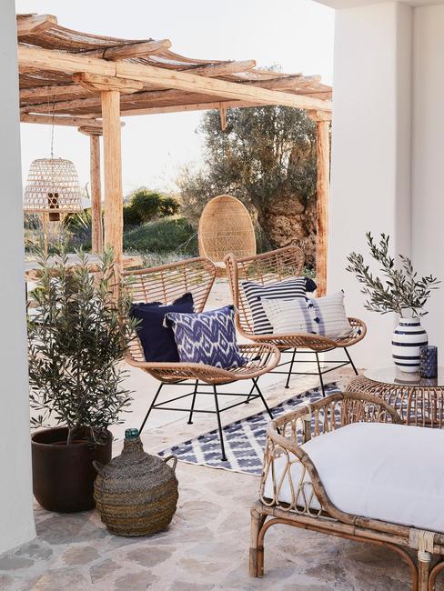 rieten stoelen met blauwe kussens