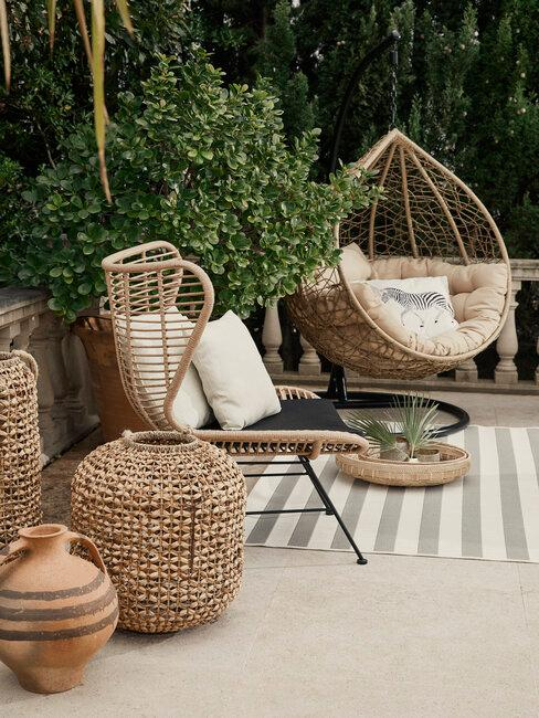 mediterrane tuin met rotan meubels