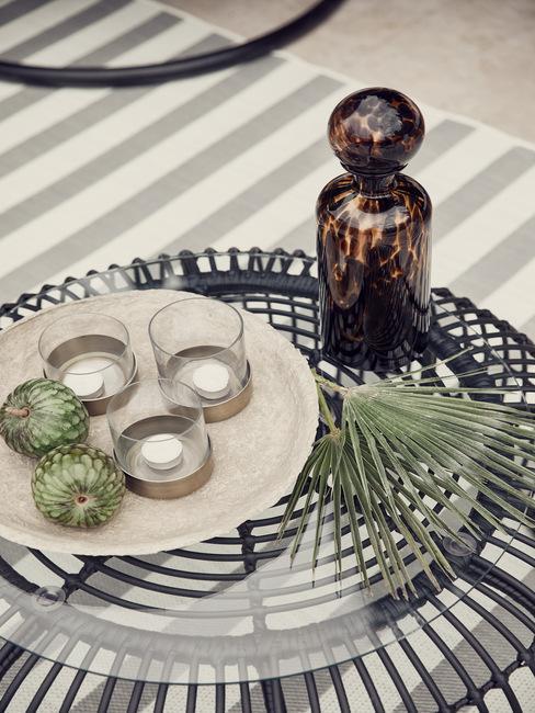 zwarte tafel met glazen bovenkant