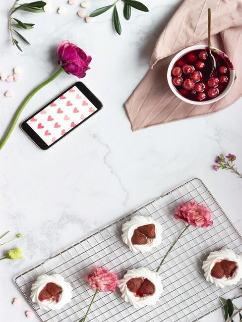 roze bloemen met cupcakes