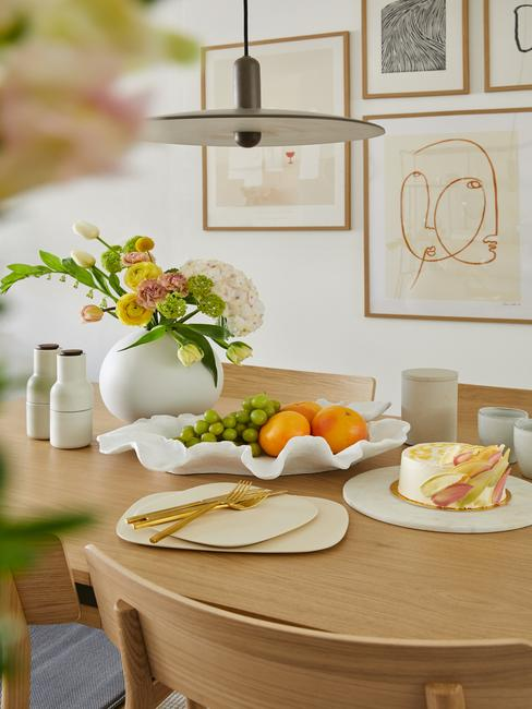 houten tafel met wit servies