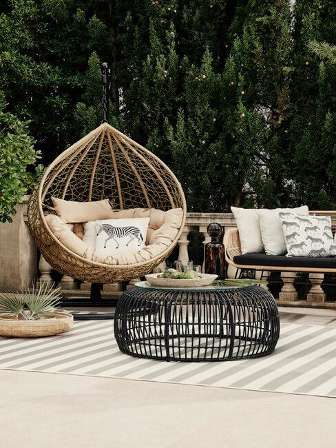 houten hangstoel met taupe kussens