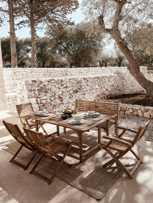 houten tuinnset met beige servies