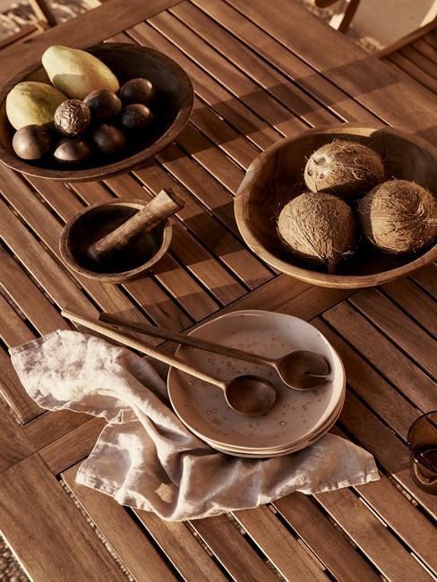 houten tafel met taupe servies