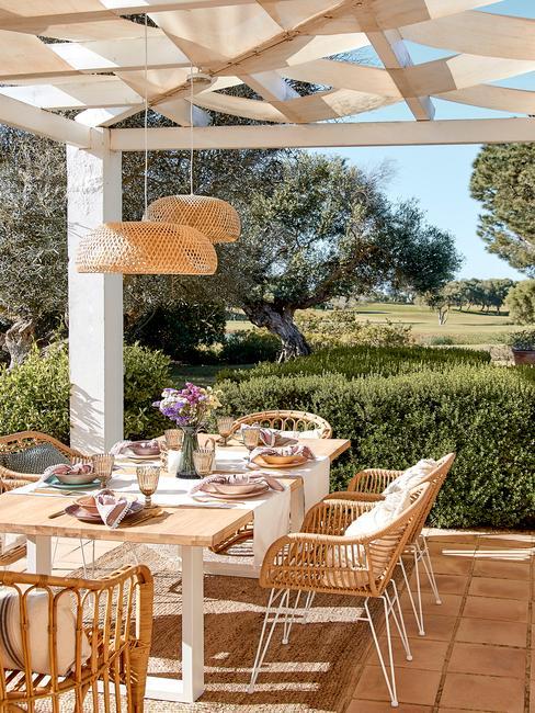 witte tafel met houten blad en houten stoelen