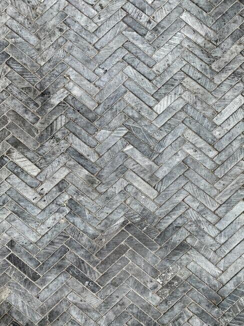 grijze tegels met vissengraat patroon voor in de tuin