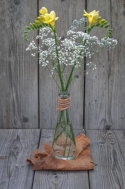 gipskruid in vaas met andere bloemen