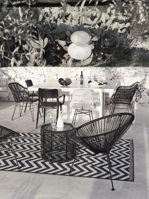 Witte tafel met zwarte en witte stoelen