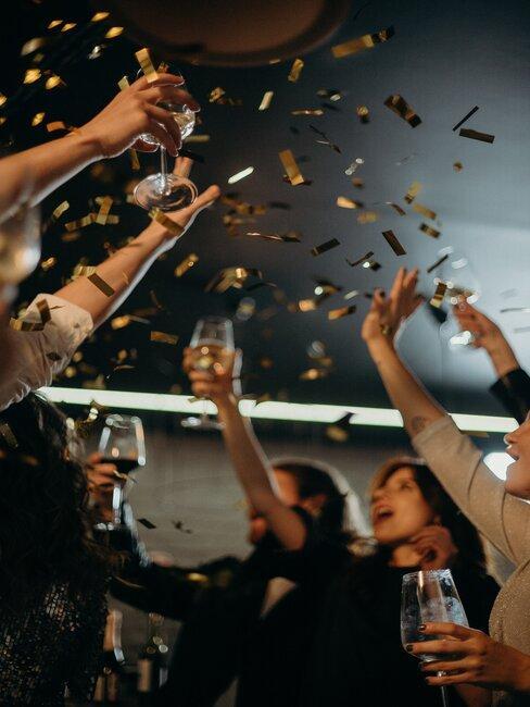 confetti en proostende mensen met wijnglas