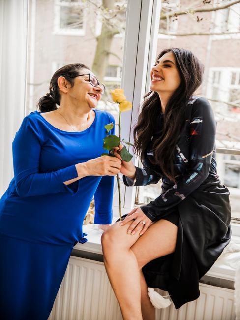 moeder en dochter met een bloem in hun handen