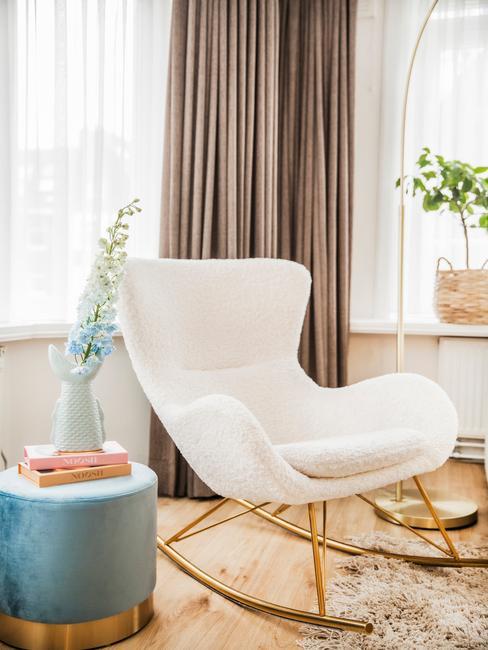 witte stoel met gouden poten met blauwe poef