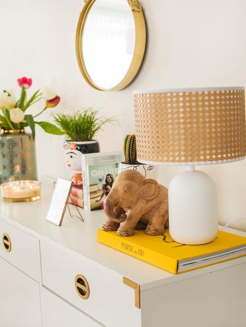 witte kast met witte lamp en gouden ronde spiegel