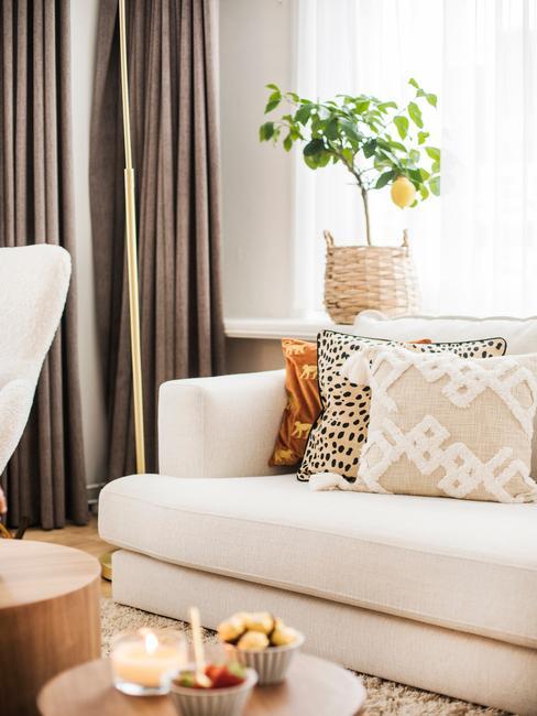 witte bank met gekleurde kussens