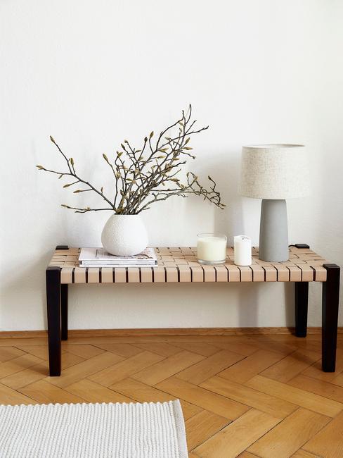 houten bank met zwarte poten en grijze lamp met witte lampenkap