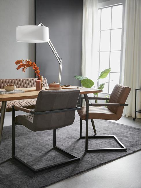 leren stoelen met houten tafel