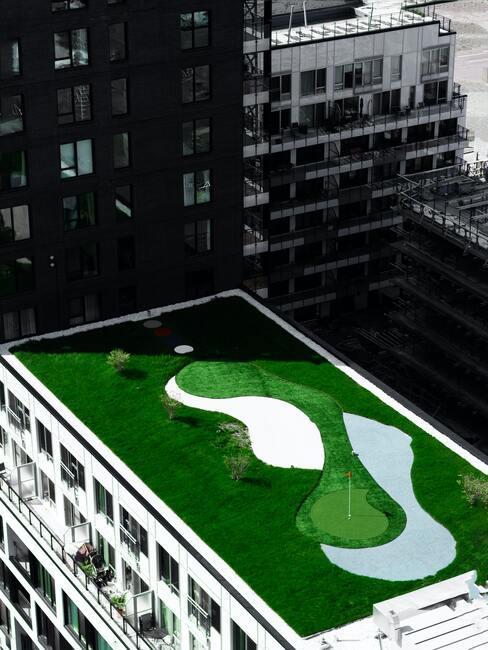 groen dak op een wolkenkrabber