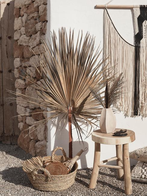 houten kruk met rieten mand