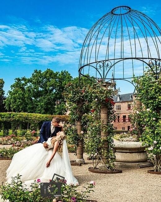 Bruidspaar in bloementuin van Kasteel de Haar