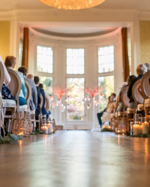 Kasteel Hooge Vuursche ceremonie binnen voor groot raam