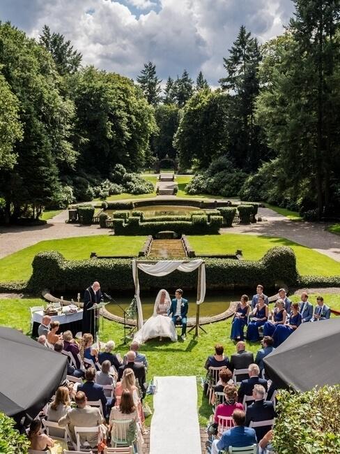 Kasteel Hooge Vuursche ceremonie buiten in de tuin