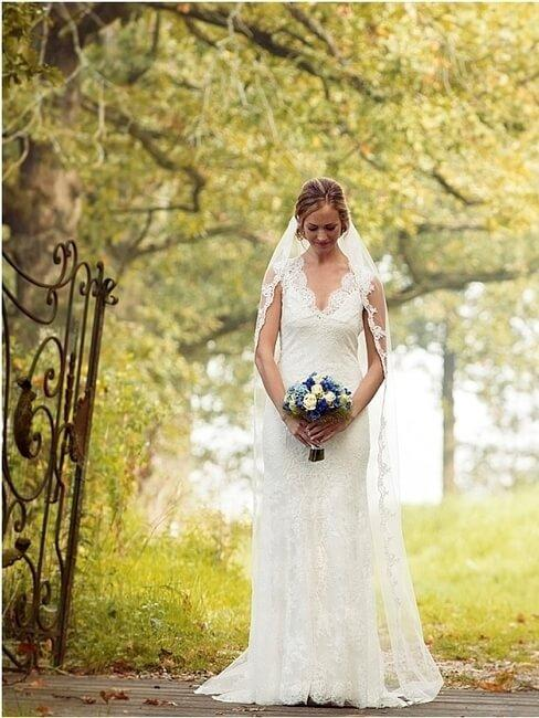 Wachtende bruid in bos