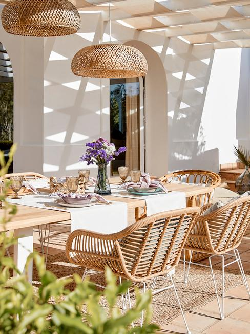 rieten stoelen met rieten lamp op een veranda