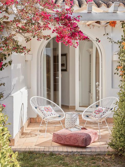 witte stoelen met roze bloemen