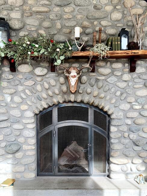 stenen muur met houten plank en openhaard voor een knusse wintertuin