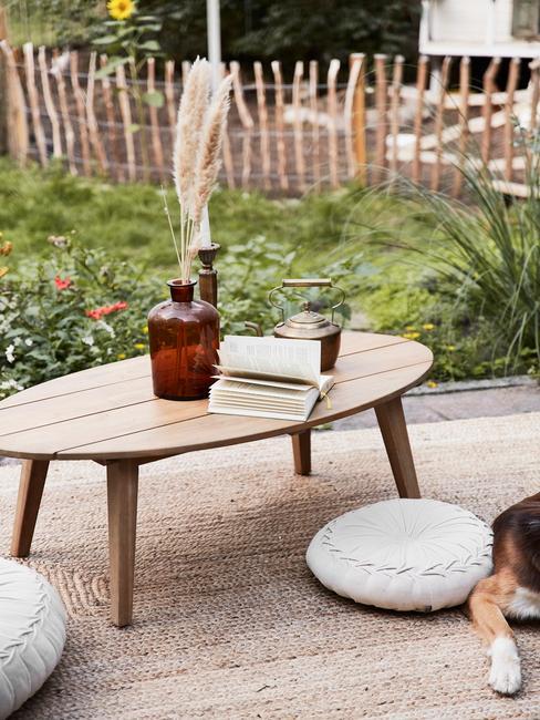 houten tafel met bruine vaas