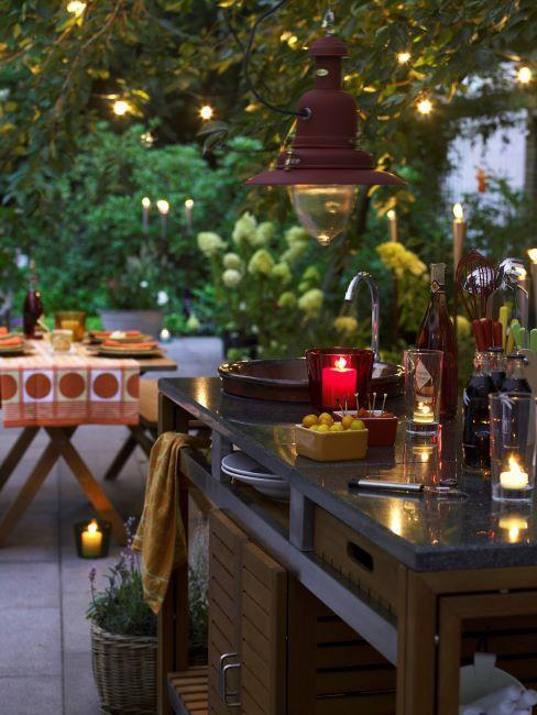 buiten keuken met houten tuinset