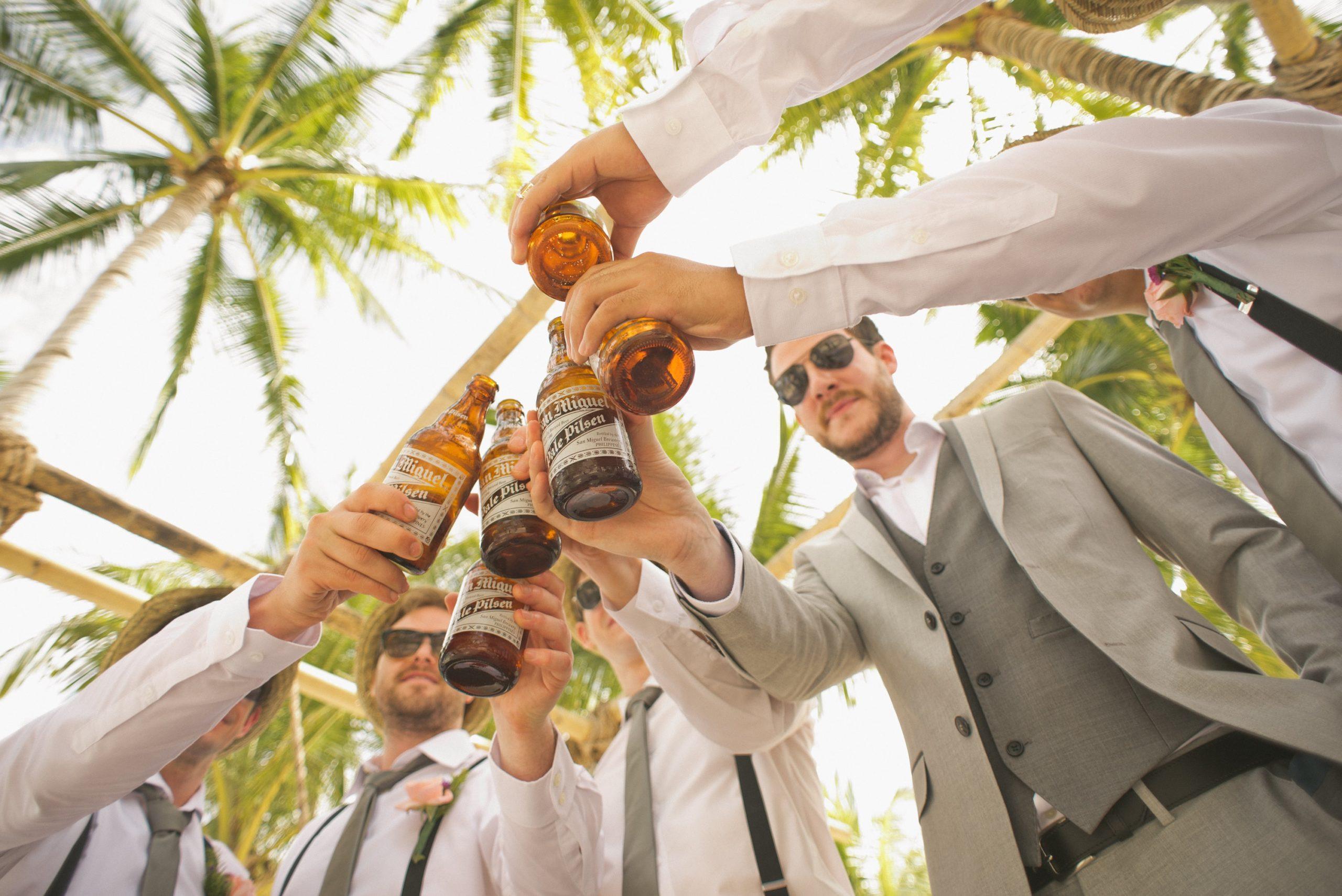 mannen in pak met bierflesjes