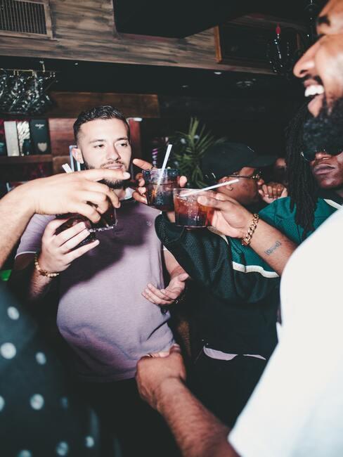 mannen in een club met een drankje