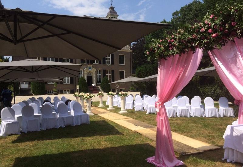 witte stoelen en roze lakens