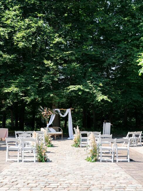 witte stoelen met bloemen eraan