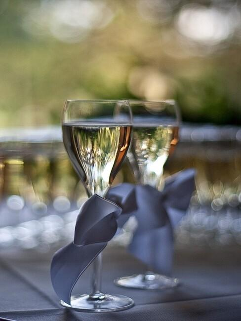champagne glazen met grijze strikjes