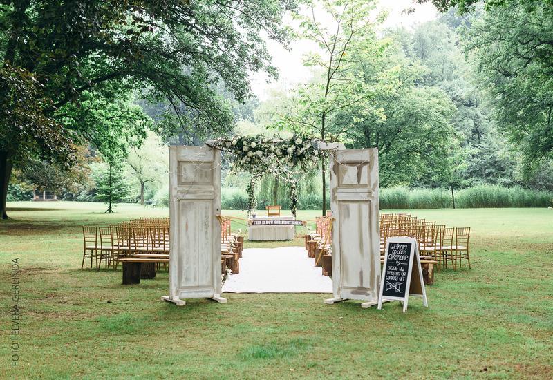 houten stoelen met witte loper