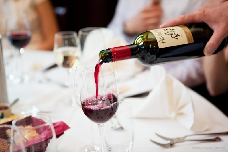 glas rode wijn wordt ingeschonken