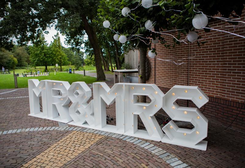 grote witte bruiloft letters met lampen erin