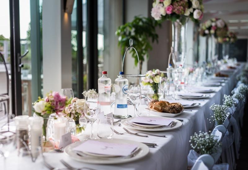 wit egdekte tafel met witte stoelen