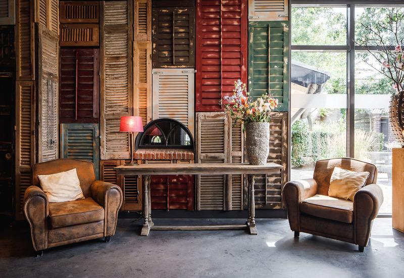 braune stoelen met houten tafel