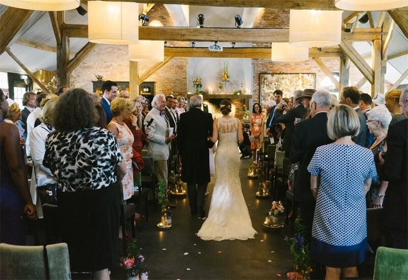 bruid loopt met vader naar het altaar