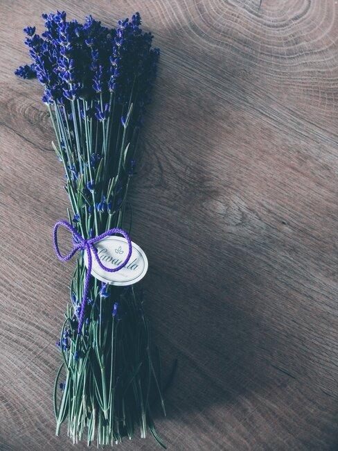 boeketje van echte lavendel met een paarse strik