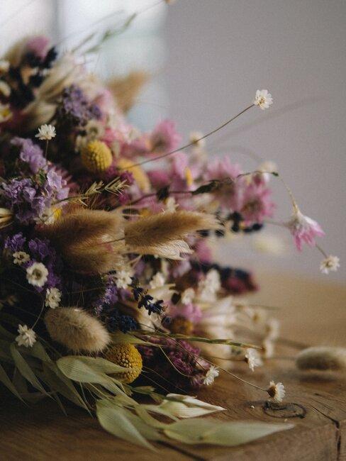 gedroogde lavendel in een boeket met droogbloemen