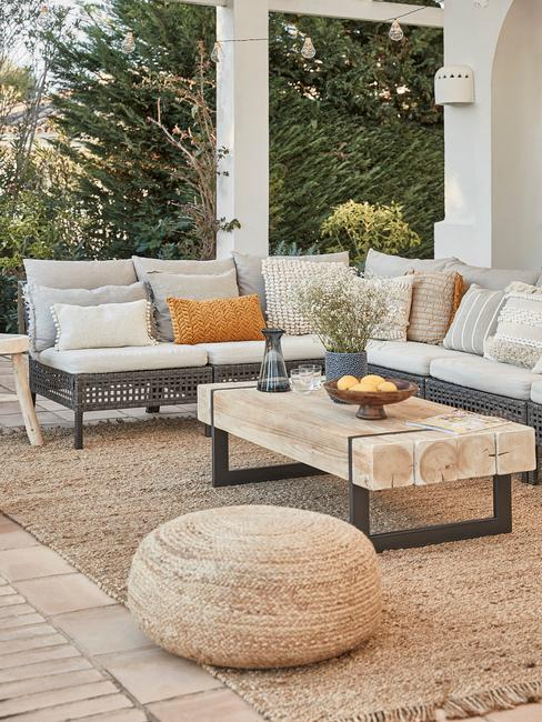 outdoor terras met bijzettafel en loungebank