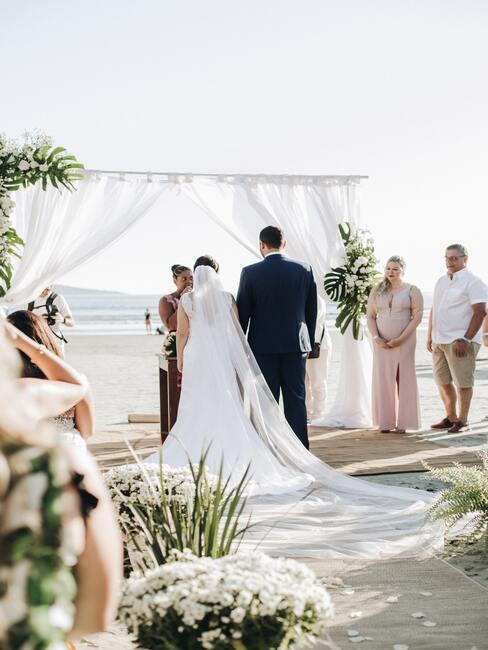 bruid en bruidegom op strandbruiloft