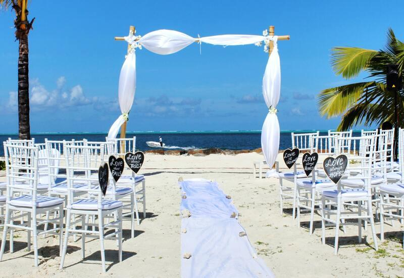 strand bruiloft met witte stoelen