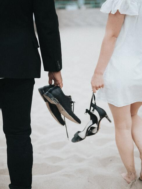 pas getrouwd stel tijdens hun strand bruiloft