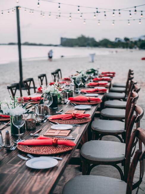 huwelijksdiner aan het strand